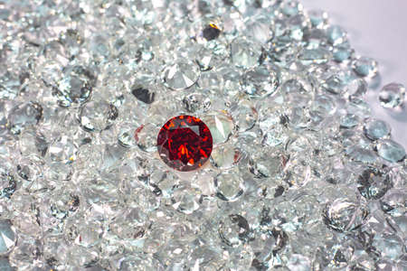 Red ruby diamonds are placed on a pile of white diamonds And keep turning. Zdjęcie Seryjne