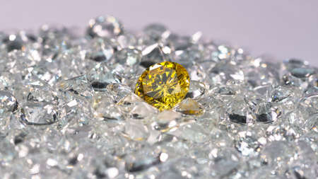 Yellow diamonds are placed on a pile of white diamonds And keep turning.