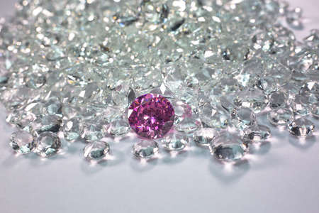 Pink diamonds are placed on a pile of white diamonds And keep turning.