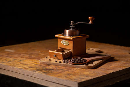 A convenient hand-cranked black coffee grinder that can brew coffee for yourself.