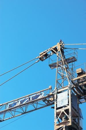 Machinery for the construction of tall buildings. Editorial