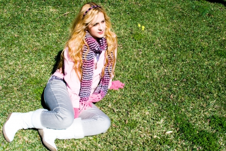 sola: Young girl sitting on the lawn.