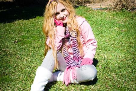elegante: posent jeune femme avec un enfant assis sur la pelouse Banque d'images