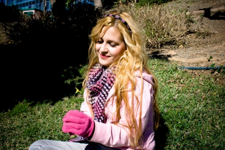 elegante: Portrait de jeune femme tenant une fleur