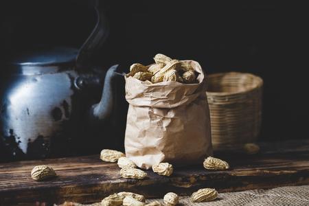 Gekookte Pindakaas op het oude hout Stockfoto - 83294935