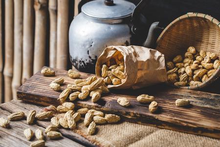 古い木材にゆでピーナッツ