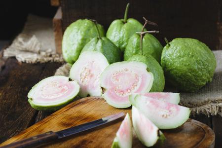 guayaba: Rebanadas de guayabas frescas Foto de archivo