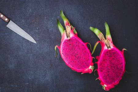 Fresh red dragon fruit- Pitaya fruit 版權商用圖片 - 152243330