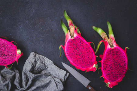 Fresh red dragon fruit- Pitaya fruit 版權商用圖片 - 152243652