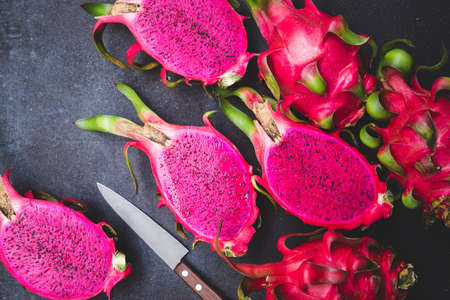 Fresh red dragon fruit- Pitaya fruit 版權商用圖片 - 152243295