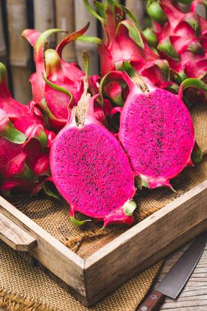 Fresh red dragon fruit- Pitaya fruit 版權商用圖片 - 152244105