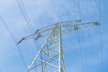 torres de alta tension: líneas de alta tensión y torres de alta tensión Foto de archivo