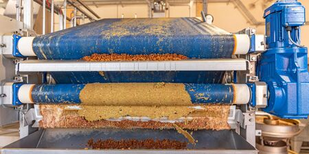 Machine squeezes apples and apple pomace remain as press residues Stockfoto