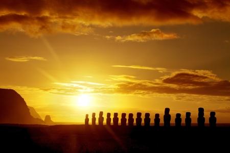 rapa nui: Misteriosas estatuas de piedra al amanecer en isla de Pascua Foto de archivo