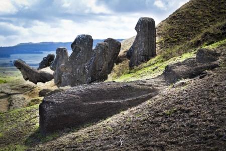 moai: Moai cabezas y un moai caído en Rano Raruku montaña en Isla de Pascua