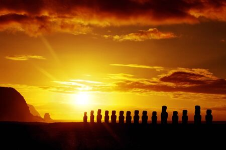 moai: Misteriosas estatuas de piedra de la salida del sol en Isla de Pascua