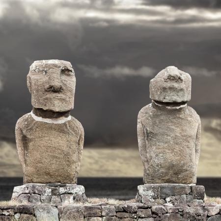 moai: Dos de pie moais en Isla de Pascua contra el cielo nublado gris Foto de archivo