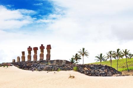 moai: Siete Moais de pie en la playa mirando hacia el interior Foto de archivo