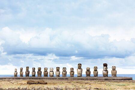 moai: Quince moais en Isla de Pascua contra el azul del mar Foto de archivo