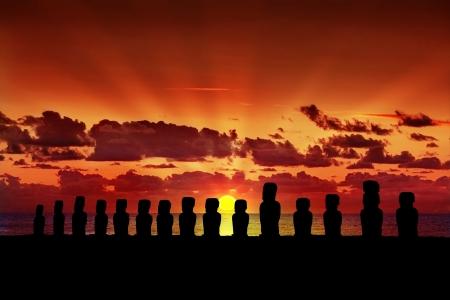 moai: Quince siluetas de pie moai al atardecer en Isla de Pascua Foto de archivo