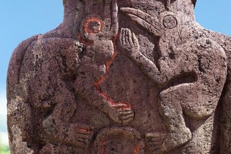 moai: Dos tallas de aves en la parte trasera de un moai de Isla de Pascua