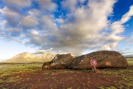moai: Fallen Moai situada en frente de la montaña en la isla de Pascua