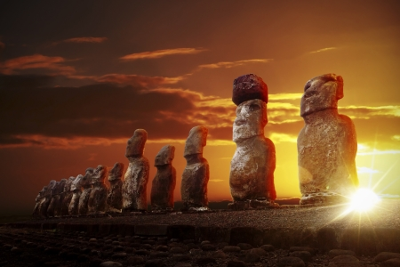 Mysterious stone statues at dramatic orange sunrise in Easter Island 版權商用圖片 - 21799776