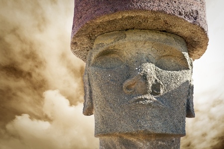moai: Jefe de moai en la isla de Pascua en el día nublado