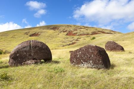moai: Moai sombreros en ladera soleada en Isla de Pascua
