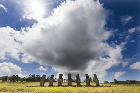 moai: Siete Moais con enorme nube detrás en Isla de Pascua Foto de archivo