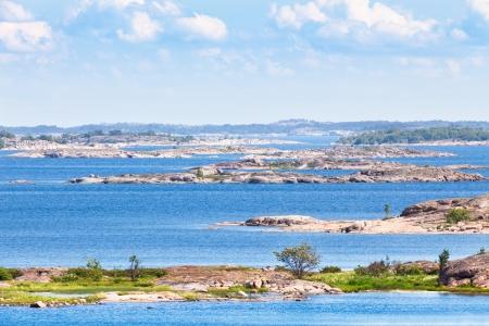 晴れた日に明るいブルーの水とフィンランドの群島 写真素材