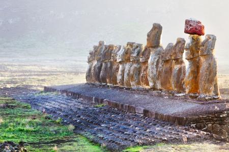 rapa nui: Quince moais en pie al amanecer en la Isla de Pascua Foto de archivo
