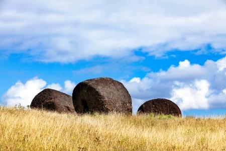 moai: Tres sombreros de moai en campo en la Isla de Pascua en la luz del sol