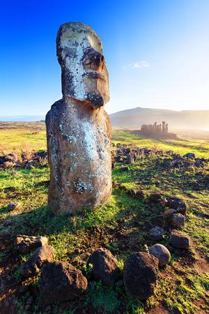 moai: Lone moai de pie bajo un sol radiante en Isla de Pascua