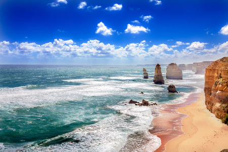 carretera: Doce Ap�stoles y naranja acantilados a lo largo de la Great Ocean Road en Australia Foto de archivo