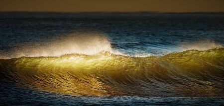 mare agitato: Golden onde che si infrangono al tramonto