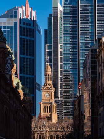 Old stone building and tall business buildings in downtown Sydney 版權商用圖片 - 121292400