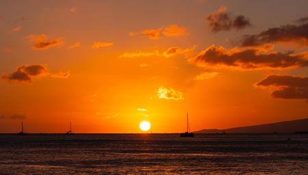 Orange and golden sunset at Waikiki Beach Hawaii 版權商用圖片