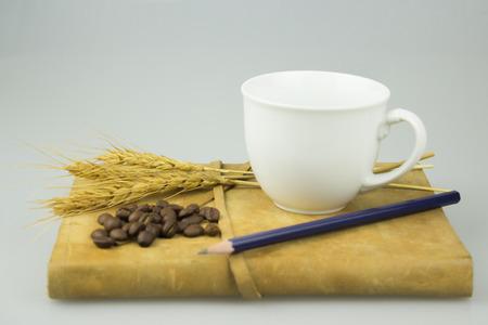 Taza de café y material de oficina. Aislado en el fondo blanco.