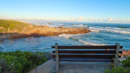 Parkbank mit Blick auf den Ozean Standard-Bild - 80166618