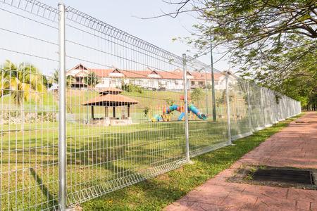 BRC tipo valla está ganando popularidad como un perímetro de seguridad en áreas residenciales e industriales. Foto de archivo - 35006886