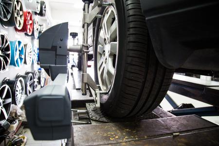 alineaci�n: Alineaci�n de las ruedas del autom�vil con el foco en la rueda y equipos Foto de archivo
