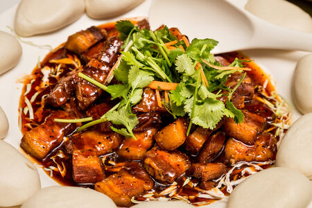 dongpo: Chinese stewed pork with bun dish