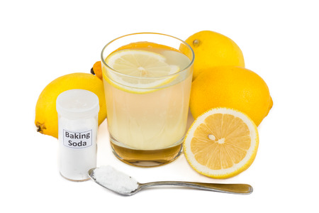 agua con gas: Remedio casero com�n para tratar la inflamaci�n gota - jugo de lim�n mezclado con bicarbonato de sosa Foto de archivo