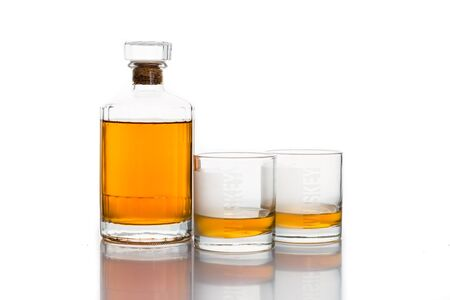 whiskey bottle: Botella de whisky con dos vasos de whisky aislado en blanco