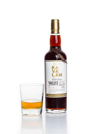 botella de licor: KUALA LUMPUR 24 de febrero de 2015:? Taiwan s marca líder de whisky, Kavalan ya está disponible en Malasia en las principales tiendas de licores. Kavalan whisky de malta es producido por el rey Car Group, una de las destilerías más antiguas de Taiwán. Editorial