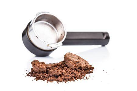Gastado o utilizado de café molido con portafiltro en el fondo