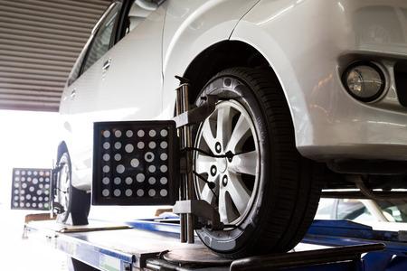 Alignement des roues d'un véhicule en cours Banque d'images - 38216365