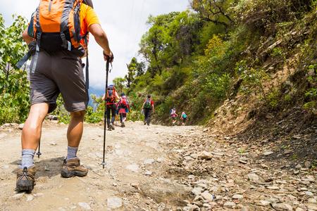 Een groep mensen trekking op onverharde weg in Nepal