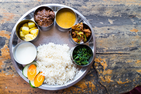 ネパール語ターリー食事設定とマトンのカレー